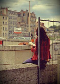 زنی ورق میزد و عاشقی را به معشوقش نزدیک میکرد... عشق ها درون کتابها چقد راحت بهم میرسند بانو! #کیوان_میرشاهی