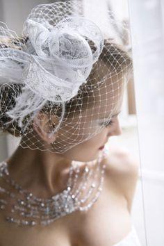 Acconciature Sposa: Velette, fascinator , piume alla Gatsby  Ph les Amis Photo