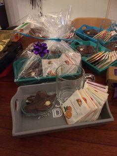 Cadeautje voor de juffen van het kinderdagverblijf aan 't maken. Nog anderhalve week dan neemt Tim afscheid. Klein dienblaadje, theeglas, theezakjeshouder, een paar theezakjes en een paar chocolaatjes. Mooi inpakken, kaartje eraan en klaar. (Alles van de Xenos)
