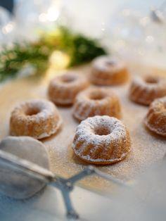 Minikokoiset Vaniljakuivakakut tomusokeri kuorrutuksella ovat herkullisia ja söpöjä juhlatarjottavia. Leivo minikakkuja myös lahjaksi! Christmas Inspiration, Doughnut, Muffins, Cupcakes, Baking, Desserts, Food, December, Tailgate Desserts