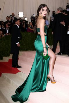 Hailee Steinfeld @ MET Costume Institute Gala in New York City, May 2016 Hailee Steinfeld, High Street Dresses, Satin Dresses, Formal Dresses, Backless Dresses, Costume Institute, Beautiful Celebrities, Beautiful Actresses, Green Dress