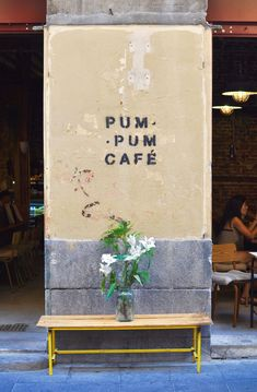 Pum Pum Cafè Vegan coffeespot in Madrid - places to go.again - Madrid Shopping, Madrid Travel, Lombok, Breakfast In Madrid, Hipster Shop, Hipster Coffee Shop, Madrid Food, Bali, Barcelona Restaurants