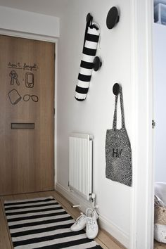 While trying to introduce some charm and playfulness into the space, Silvia discovered a set of reminder stickers from Hu2 that she stuck to the inside of the front door. She also mounted four of Muuto's Dots, which were designed by Lars Tornøe and are both useful and decorative.