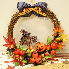 ハロウィンカラーのシルクフラワー(造花)のリースです。可愛いフルーツとカボチャのピック付きです。