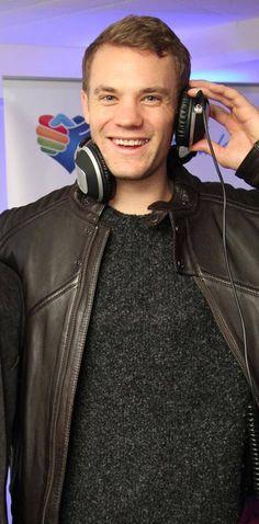 Manuel Neuer & headphones Reloop RHP-20 !