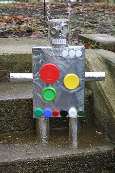 This is an imaginative craft made out of recycled goods -- such as a cereal box and cans of soup! You'll have a recycled robot in no time. Recycled Robot, Recycled Crafts Kids, Projects For Kids, Crafts For Kids, Craft Projects, Science Projects, Toddler Crafts, Craft Ideas, Cereal Box Craft For Kids