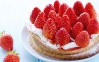 Avec son goût sucré et acidulé, la fraise est la star du printemps et de l'été. Elle peut sublimer une tarte, un gâteau, un crumble ou un mille-feuille. Découvrez sans attendre nos recettes fruitées.