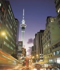 Vie di Auckland di notte e Sky Tower Nuova Zelanda AUSTRALIA