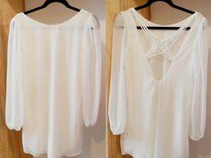 Combinar unos pendientes blancos con una blusa sin mangas