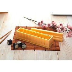 """Con KitchenCraft e """"Sushi Maker"""" realizzare deliziosi piatti sushi è semplicissimo. Completo di vassoio, guida di taglio e ricette, è perfetto per preparare squisiti assaggi di prelibatezze ispirate a sapori orientali."""