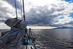..lo spettacolo oggi vien dal cielo!  #barcaavela #vela #sailingboat #sailing #moana60 #imoca #cruise #crociere #baie #sup #greece #Zakynthos #kefallina #Ithaki #travel #vacanze #viaggi #estate #spiagge