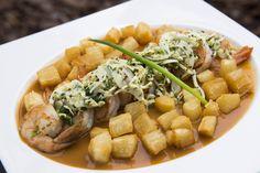 Camarões grelhados com palmito em rodelas, molho bisque e cubinhos de aipim nativo fritos