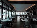 Goodman: Das Ambiente erinnert an ein typisches New Yorker Steakhouse mit seinen bequemen braunen Lederstühlen, umgeben von holzgetäfelten Wänden mit Schwarz-Weiss-Fotografien und typischem Holzdielenboden - klassisch eben, aber doch modern.