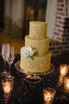 Illustration de gâteau de mariage décoré de paillettes comestibles. Le gateau à étages original et brillant sera parfait pour un décor de mariage dorée pailletée  #paillettesorgateau #Weddingcakepailleté #decorpaillettegateau #gateaudemariageoretdorée