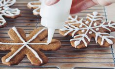 #vegan gingerbread snowflake cookies & royal icing | RECIPE on hotforfoodblog.com