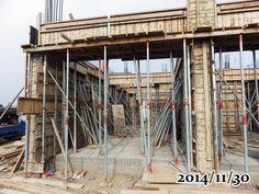 2014-11-30-俺家!有門啦!!!    門面的板模也起來了 !感動!!!準備要進入12月前,已經完成好門的部份  ,接下來應該是要準開始蓋1樓的頂板了