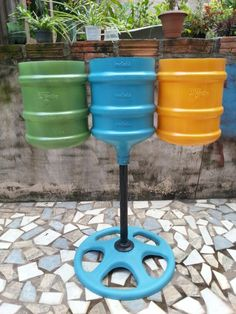 Trash Tree, an elegant recycling system that fits perfectly in all confined spaces to replace bags with rubbish. Reuse Plastic Bottles, Plastic Bottle Crafts, Bottle Garden, Diy Bottle, Diy Garden Decor, Diy Home Decor, Recycled Crafts, Diy And Crafts, Garrafa Diy