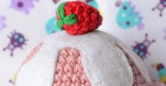Un dulce regalo para todos!!!! Un cupcake!!!!   ...y con hartos detalles. como me gustan los patrones a mi :)        Base   Con color café... Crochet Cake, Crochet Wreath, Crochet Food, Knit Crochet, Amigurumi Doll, Amigurumi Patterns, Pin Cushions, Cactus, Dolls