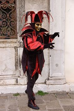 Jester at venetian carnival. Jester Costume, Costume Carnaval, Jester Hat, Court Jester, Venetian Carnival Masks, Carnival Of Venice, Casino Costumes, Carnival Costumes, Venice Carnivale
