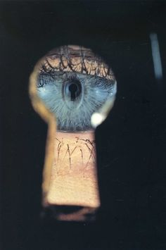 Irving Penn Irving Penn: In A Cracked Mirror (Self Portrait)(A ), 1986 Eye in Keyhole, New York , 1953 Black & White Vog. Irving Penn, Trucage Photo, Foto One, Fashion Fotografie, Image Mode, Poesia Visual, Eye Art, Beautiful Eyes, Alice In Wonderland