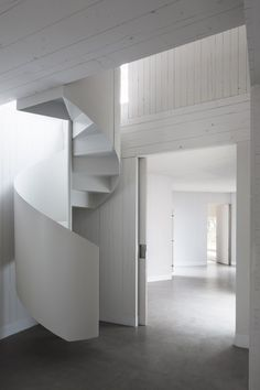 Casa MO / FRPO.Beautiful white staircase