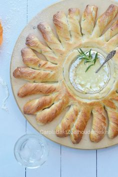 Bake your bread with camembert! The cheese will melt. Tapas, Cute Food, Good Food, Yummy Food, Brunch, Fondue, Snack Recipes, Snacks, Cucina