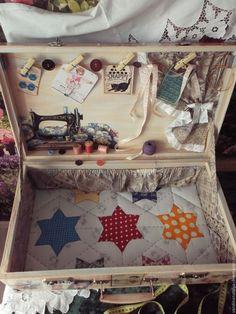 Купить или заказать Чемоданы для швеи в интернет-магазине на Ярмарке Мастеров. Чемоданы 60-х годов декорированы в технике декупаж. Здесь представлены 2 варианта декора разных по размеру чемоданов- 50х30х15см и 60х35х17см- Возможен заказ чемодана любого размера и с персональными пожеланиями на швейную тему-цена обговаривается. Детская швейная машинка декорирована под 'Зингер' картинками оригинала (Возможен заказ в комплект к чемодану) .