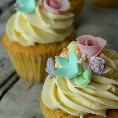#καλομηνα  #hellomay #cupcakes #floral #sugartinascakesandthings Hello May, Cupcakes, Candy, Floral, Desserts, Food, Tailgate Desserts, Cupcake Cakes, Deserts