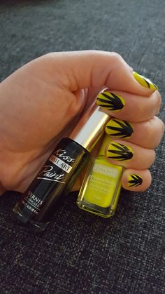 Bright yellow nailpolish with black sunlight lines. Simple nails that stand out.