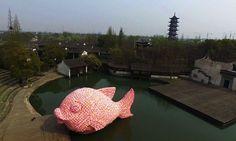 Uma super instalação de um peixe gigante flutuando foi criada pelo artista Florentijn Hofman para o Teatro Wuzhen Water, que fica há duas horas de Shanghai. A obra de grande dimensão foi produzida com 12.000 placas de espumas.