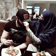 Couple at a Restaurant Cute Muslim Couples, Cute Couples Goals, Romantic Couples, Couple Goals, Muslim Images, Muslim Pictures, Mode Niqab, Muslim Couple Photography, Family Photography