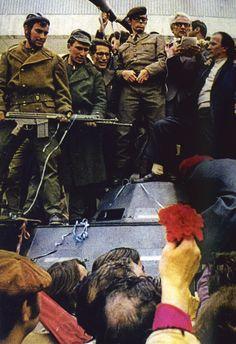 Álvaro Cunhal à chegada ao aeroporto de Lisboa, após o 25 de Abril de 1974.