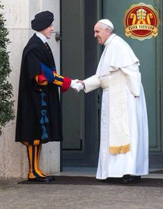 Thanking the Swiss Guard  #PapaFrancisco #PausFranciscus #PopeFrancis Read more http://www.johanpersyn.com/most-recent-articles-on-the-new-evangelist/