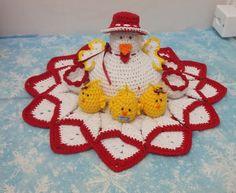 Galinha porta ovos com pintinhos feito com fios 100% algodão, feita na cor desejada pelo cliente. <br>Porta ovos de 6 unidades e 3 pintinhos.