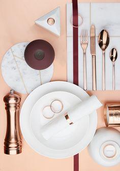 Cool Copper! Kupfer, Marmor, Bordeaux - das perfekte Trio für zarte Eleganz. Denn auch bei der Tischdekoration darf es glänzen. Die Pfeffermühle Shimmer von BLOOMINGVILLE versteht es sich gekonnt in Szene zu setzen und passt perfekt zu diesem schimmernden Look. Auf WestwingNow findet Ihr alle passenden Produkte für diese stylische Tischdeko!  // Tischdeko Dekorieren Eindecken  Hochzeit Ideen Gold Kupfer Pfeffermühle  #Tischdeko #Deko #Ideen #Hochzeit #Gold #Kupfer