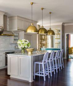 Серая кухня в интерьере: 75+ избранных классических и современных дизайнерских решений http://happymodern.ru/seraya-kuxnya-v-interere-foto/ Серый цвет теплой гаммы в классическом интерьере кухни. Золотые декоративные детали: кухонная фурнитура, абажуры подвесных ламп, смеситель для кухни, открытые полки для посуды и т.д.