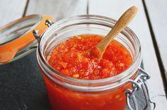 Wat doe je met die heerlijke bloedsinaasappels in het seizoen? Daar maak je deze bijzonder lekkere gelei van bloedsinaasappel en rode peper mee.