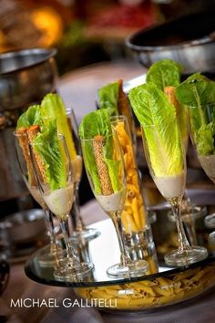 Salades César individuelles servies dans des flûtes à champagne / Individual Caesar salads served in champagne flutes for a party