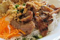 """The perfect summer dish: Bun Thit Nuong or """"noodle bowl"""". My favorite! Tufo Recipes, Asian Recipes, Thit Nuong Recipe, Koulourakia Recipe, Arancini Recipe, Cannelloni Recipes, Vietnamese Pho, Summer Dishes, Noodle Bowls"""