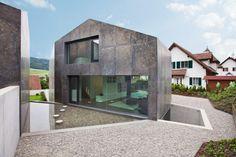 Zwei Häuser, die miteinander korrespondieren...   L3P Architekten © Vito Stallone, Baar
