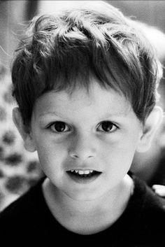 Kinder sind keine Fotomodelle, sondern kleine Persönlichkeiten. Daher nehme ich mir mit Kindern viel Zeit, damit sie mich kennenlernen und sich nicht vor der Kamera verstecken. Es ist mir sehr wichtig, die Kinder vor dem Fotoshooting kennenzulernen, damit sie auf den Bildern natürlich wirken. Ob sie mir dann ihr Lieblingsspielzeug zeigen oder im Freien toben, können wir ganz spontan entscheiden.