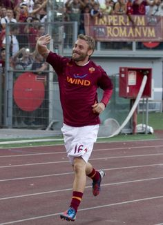 #Roma's Daniele De Rossi tonight, looking pretty darn happy on Twitpic