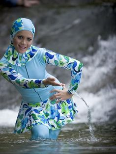 Full body cover up swimsuits or also called Burkini, cover the whole body… Everyday Hairstyles, Afro Hairstyles, Habits Musulmans, Muslim Swimwear, Hijab Fashion, Fashion Outfits, Modele Hijab, Swimming Outfit, Religion