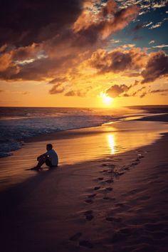 Un uomo in compagnia solo dei propri pensieri fissa l'orizzonte al tramonto dalla spiaggia. #Sole