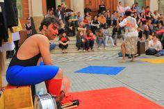 """A Cia. Pombas Urbanas leva o espetáculo """"Mingau de Concreto"""" para as ruas de Tiradentes, sábado, dia 4 de abril."""