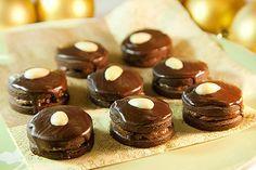 Tři. Tak přesně tolik dnů ještě zbývá do Vánoc. A sedm. To je počet druhů cukroví, které mám do té doby stihnout! Nic ale není ztraceno a pořád máme já i vy dost času všechno dohnat. Pokud tedy také chcete svou letošní sbírku obohatit o nový druh, zkuste třeba kakaové dortíčky. Jsou dobré, jsou sladké, jsou jako… kakao! Czech Recipes, Mini Cupcakes, Christmas Cookies, Cheesecake, Sweets, Baking, Holiday, Desserts, Czech Food