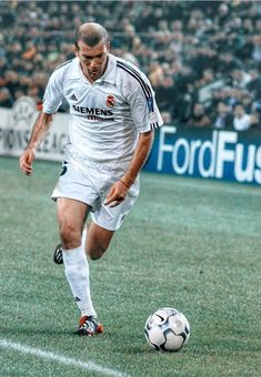 Best Football Players, World Football, Soccer Players, Football Soccer, Soccer Ball, Real Madrid 2005, Messi, Sport Icon, Zinedine Zidane