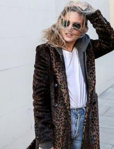 Rien de tel qu'un sweat à capuche pour dédramatiser un manteau léopard ! (photo Fashion Me Now) Fashion Me Now, Fur Fashion, Looks Street Style, Street Look, Street Style Women, Parisian Chic Style, Mode Ootd, Leopard Print Coat, Inspiration Mode