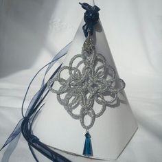 Ciondolo stile celtico in chiacchierino con cristalli blu... su collarino in fili di organza, alcantara e cotone cerato.  Impreziosito da charms stile pandora e foglia con strass che lega il ciondolo al collarino :)