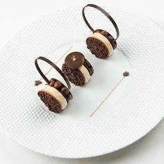 Dessert autour du croquant chocolat guanaja fèves de tonka et glace bailey's // Croquant #chocolat #guanaja, fève de tonka et sa glace bailey's // Crunchy guanaja #chocolate, tonka bean, bailey's icream. #freresibarboure #patriceibarboure #pastry #pastryart #pastryfood #pastrylover #teamwork #instafood #instagood #foodie #foodpics #foodstagram #foodlover #chocolateaddict #chocolife #chocoholic #michelinstar .